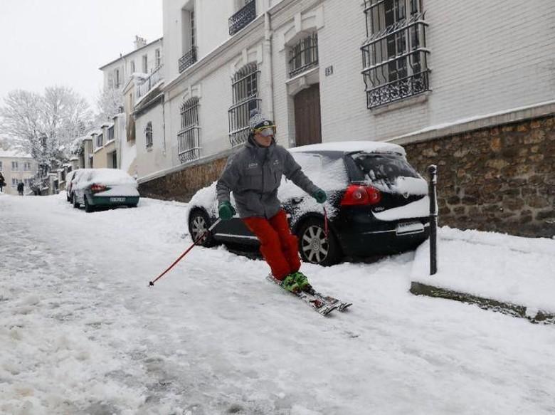 Pemain Ski Asyik Susuri Jalanan di Paris yang Diselimuti Salju