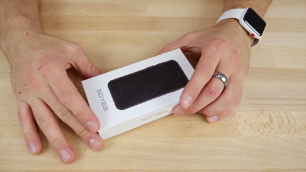 Akun EverythingApplePro baru saja memposting video unboxing ponsel bermerek Soyes. Foto: EverythingApplePro