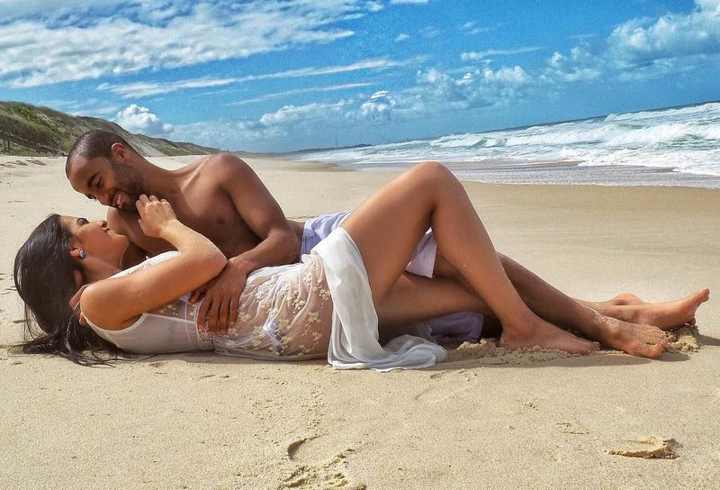 Keduanya tak jarang apmer kemesraan di sosial media. Apalagi saat liburan. Lihatlah foto mesra mereka saat di pantai. Bikin baper ya? (Instagram/Larissa Saad)