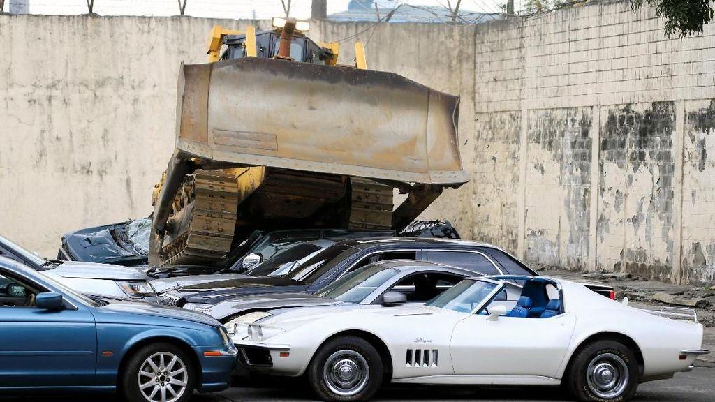 Presiden Duterte Hancurkan Puluhan Mobil Mewah Selundupan