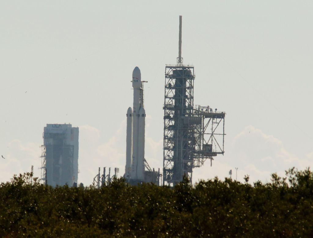Falcon Heavy disebut-sebutsebagai roket terkuat yang masih beroperasi, dan hanya bisa dikalahkan oleh Saturn V milik NASA yang terakhir terbang pada 1973.Foto: Reuters