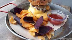The Lab SG: Seru! Menyantap Burger Berlelehan Keju di Kafe Bertema Laboratorium