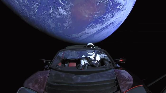 Starman dan Tesla Roadster menjauhi Bumi. Foto: YouTube