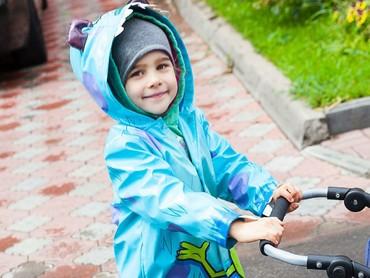 Dengan mantel birunya yang bikin dia makin menggemaskan, mau ke mana ya si kecil yang satu ini? (Foto: Instagram/ @katya_bebefoto)