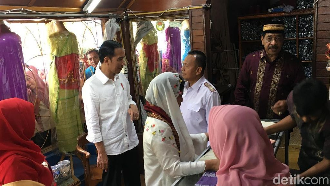 Presiden Jokowi dan Ibu Negara Belanja Songket Silungkang di Sumbar