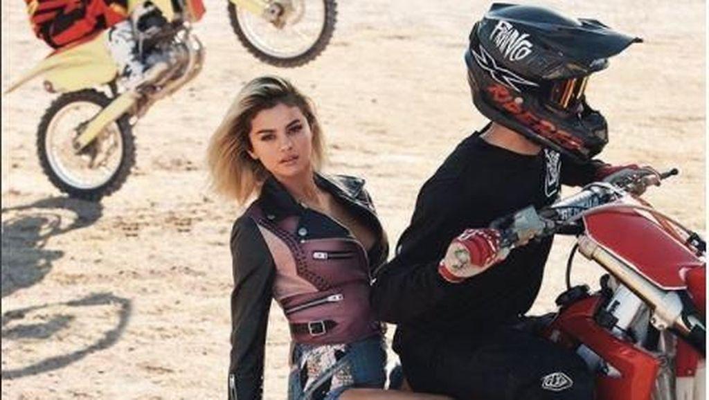Bikin Gemes, Seksinya Selena Gomez di Atas Motor Trail