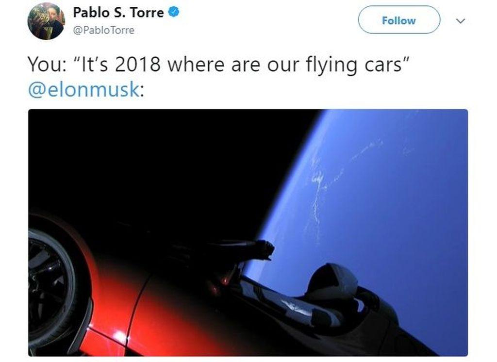 Foto Starman, boneka mirip manusia, bersama Tesla Roadster yang saat ini berada di angkasa setelah diluncurkan roket Falcon Heavy kemarin. Ini adalah salah satu meme di mana Elon Musk dianggap berhasil mewujudkan mobil terbang walau bukan dalam arti sesungguhnya. Foto: istimewa