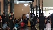 Salat Zuhur di Masjid Kota Solok, Jokowi Ingatkan Jaga Kerukunan