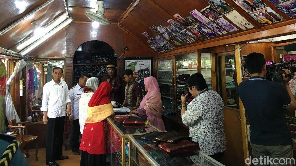 Momen Jokowi-Iriana Mampir ke Toko dan Belanja Songket Silungkang