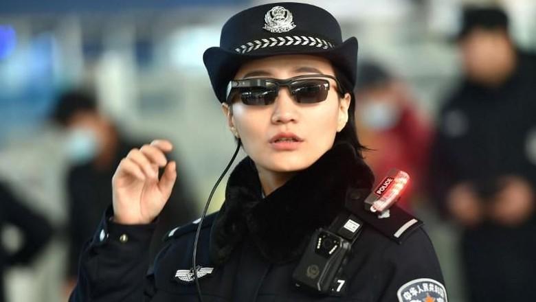 Bak Film, Polisi China Pakai Kacamata Canggih Pendeteksi Penjahat