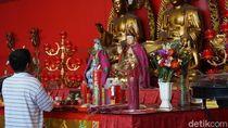 Tradisi Lepas Burung dan Makanan Para Dewa di Vihara Dharma Bakti