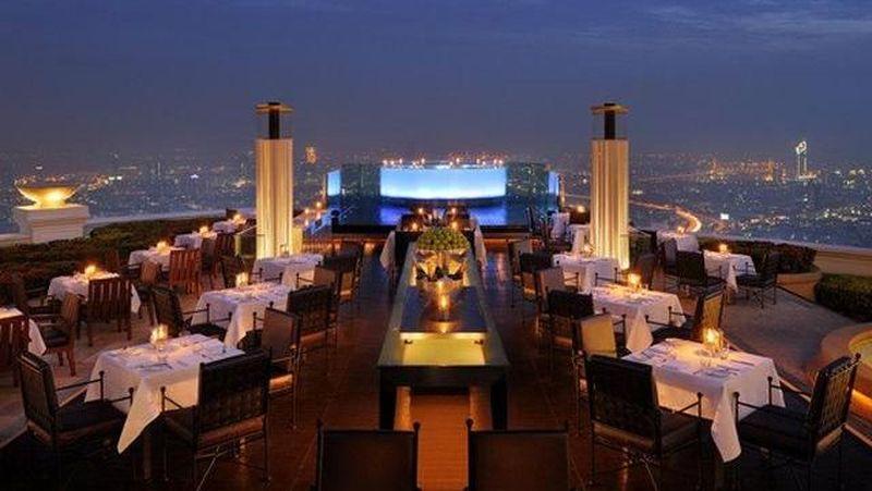 Lebua ata State Tower di Bangkok bisa jadi pilihan tempat dinner romantis di Thailand. Lantai paling atas berisi bar dan rooftop yang langsung mengarah ke Kota Bangkok. (dok Tripadvisor)