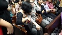 Foto: Tangisan Istri Fredrich Dampingi Suami di Sidang Perdana