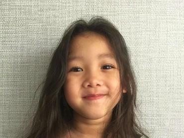 Manisnya senyum gadis kecil kesayangan Bunda Mieke dan Ayah Tora... (Foto: Instagram/ @jenaka_sudiro)