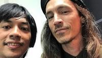 Foto Bareng Vokalis Incubus, Rian DMASIV Belajar Selfie di Rumah