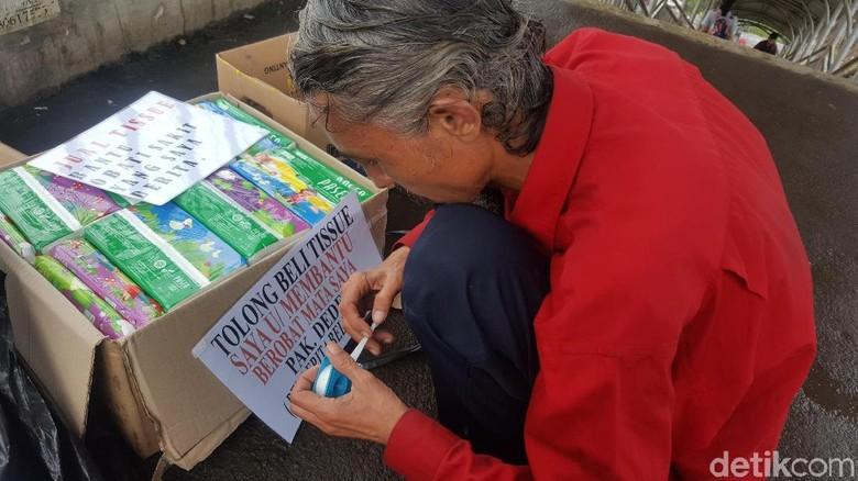 Kisah Pak Deden Penjual Tisu: Sakit, Dirampok, Ditangkap Satpol PP