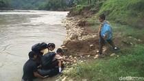 Bupati Bantul: Siswa yang Seberangi Sungai Pakai Ban Kini Naik Perahu