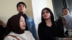 Didampingi Billy Syahputra, Hilda Vitria Nangis Usai Sidang Pembatalan Nikah