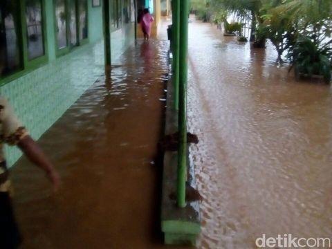 Lahan Pertanian dan Fasilitas Umum di Dukuhseti Pati Teredam Banjir