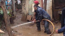 Damkar, Satpol dan Warga Kompak Bersihkan Lumpur Sisa Banjir Cawang