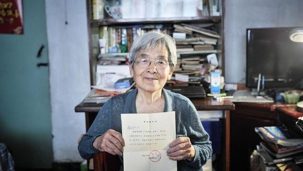 Tak Pernah Terlalu Tua untuk Belajar, Wanita Ini Raih Gelar Sarjana Usia 81