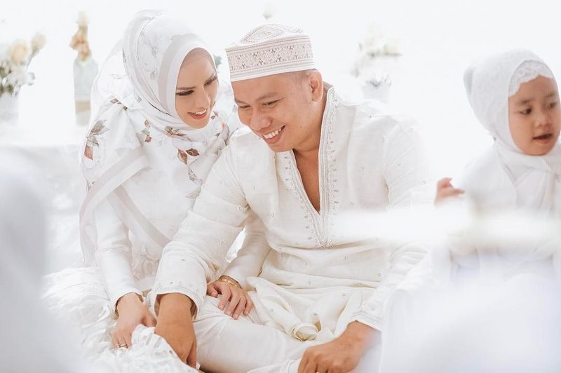 Sore ini, Jumat (9/2/2018) Vicky Prasetyo dan Angel Lelga melangsungkan pernikahannya di Masjid Istiqlal, Jakarta. Sudah pasti, sedang bahagia-bahagiannya (Instagram/@angellelga)