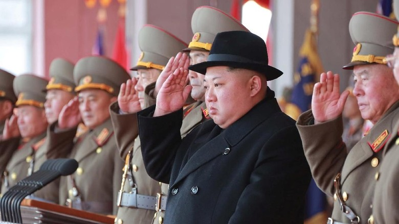 Foto: Kim Jong Un Bertopi Fedora Saat Nonton Parade Militer Korut