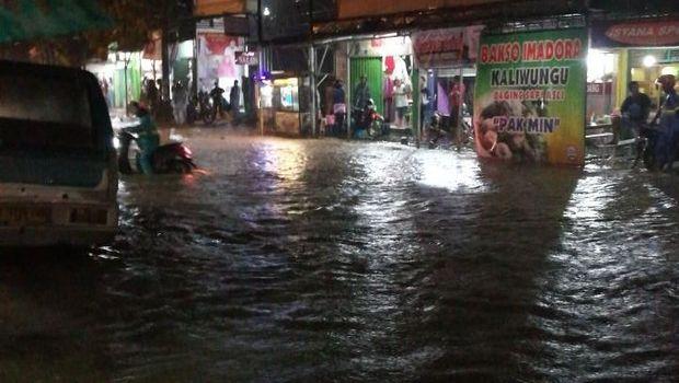 Penampakan banjir di jalan Kota Kendal.