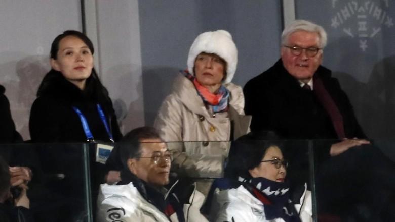 Jabat Tangan Bersejarah Adik Kim Jong Un dan Presiden Korsel