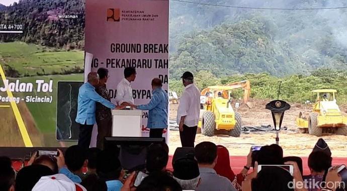 Di Kaki Bukit, Jokowi Resmikan Proyek Tol Padang-Pekanbaru