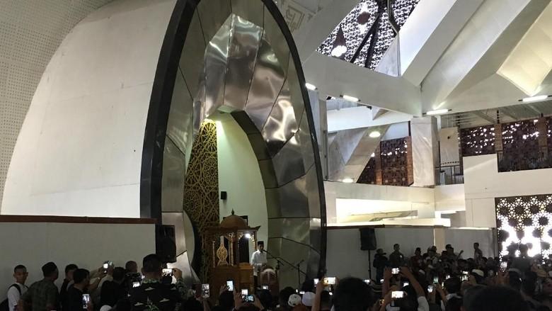 Foto: Saat Jokowi Naik Bus Bareng Ulama di Padang