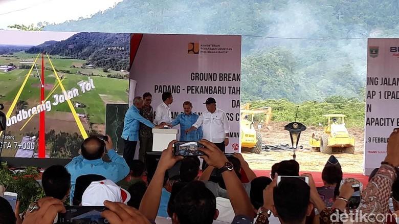 Tekan Bel, Jokowi Resmikan Proyek Tol Padang-Pekanbaru
