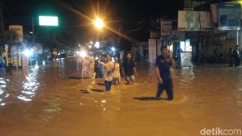 Jalur Pantura di Kaliwungu-Kendal Tergenang Air Luapan Sungai