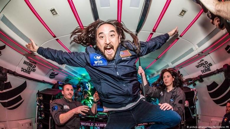 Klub Langit Gelar Pesta Tanpa Gravitasi Pertama di Bumi