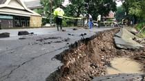 Foto: Waspada! Ruas Jalan di Pangkep Sulsel Longsor
