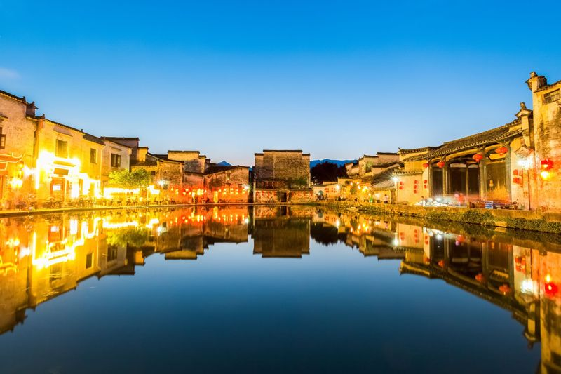 Di bagian timur China terdapat kota sungai, desa kuno Hongcun. Bagian dalam kota pun dipenuhi dengan danau dan jembatan kuno. Bahkan, kanal yang melewati kota ini seperti diibaratkan sebagai sistem peredaran darah. (Thinkstock)