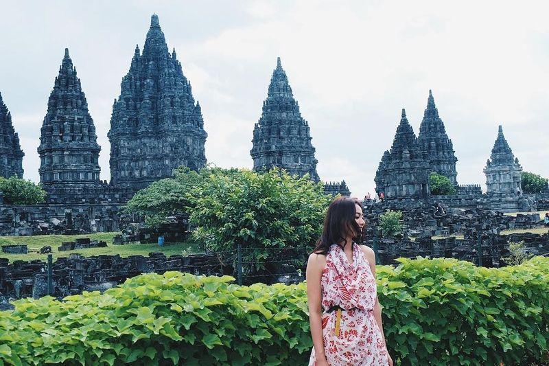 Hari ini Putri Indonesia 2013, Whulandary Herman resmi menikahi pujaan hatinya di Plataran Candi Borobudur. Namun sebelumnya, dara yang akrab disapa Whulan ini juga suka traveling lho (@whulandary/Instagram)