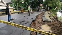 Cuaca Ekstrem, Ruas Jalan di Pangkep Sulsel Longsor