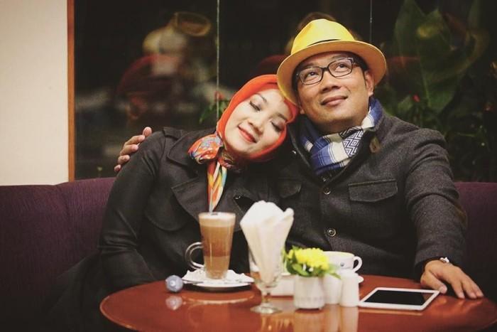 Berdua bersama sang istri, Ridwal Kamil terlihat sedang menikmati segelas kopi di suatu kafe. Meuni romantis pisan euy! Foto: Instagram Ridwan Kamil
