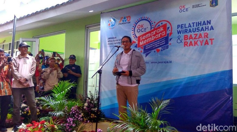 Hadiri Bazar OK OCE, Sandi Berpantun hingga Pimpin Yel-yel
