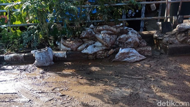 Tumpukan Karung dan Sampah Masih Mengotori Kampung Pulo