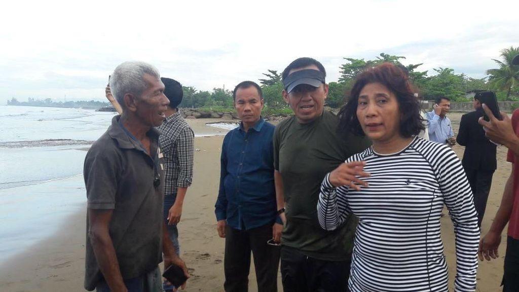 Begini Aksi Susi Lepas Anak Penyu saat Berkunjung ke Padang