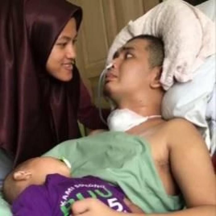 Video seorang wanita yang dengan penuh kasih sayang merawat suaminya yang tak berdaya akibat kecelakaan mengundang empati netizen. Foto: Facebook