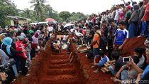 Ribuan Warga Lepas Korban Kecelakaan Maut ke Peristirahatan Terakhir