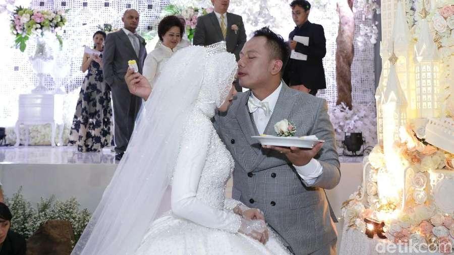 Mesranya Angel Lelga dan Vicky Prasetyo di Resepsi Pernikahan
