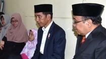Foto: Saat Jokowi Melayat ke Rumah Duka Paspampres yang Meninggal
