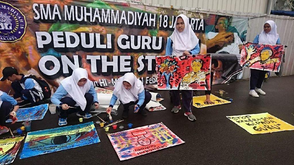 Melukis Demi Solidaritas untuk Guru Budi yang Tewas di Sampang