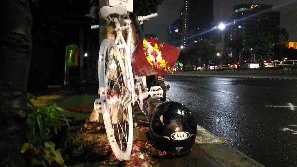 Foto: Bunga dan Replika Sepeda di Lokasi Tabrak Lari Produser RTV