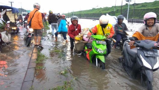 Banyak motor mogok akibat banjir