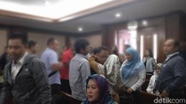 Dituntut 15 Tahun, Eks Auditor BPK Tertunduk Lesu dan Peluk Istri